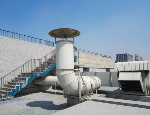 Centrale wentylacyjne na dachu budynku.