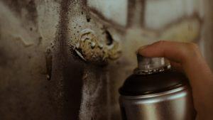 Klej kontaktowy w sprayu do różnych powierzchni.