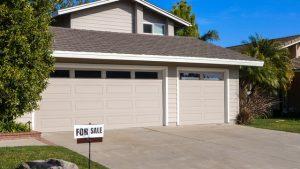 montaż bramy garażowej szarej